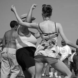 planetagoma-oraculo-gomer-plenitud-gente-bailando